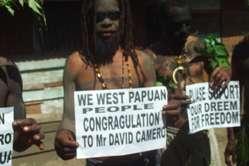 Des Papous félicitent David Cameron.