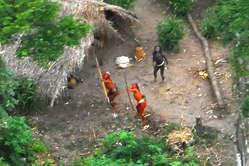 Indígenas aislados muestran una actitud defensiva. Foto aérea, Brasil, 2008.