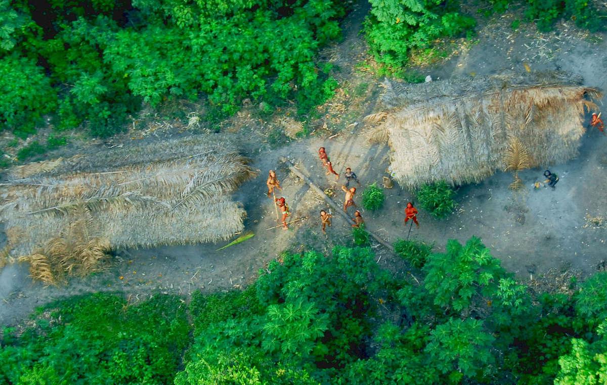 Unkontaktierte Indigene im Amazonas-Regenwald im Bundesstaat Acre nahe der peruanischen Grenze, die im Mai 2008 aus einem Forschungsflugzeug der brasilianischen Regierung gesichtet wurden.