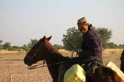Durch das Brunnen-Verbot in ihrem Reservat müssen die Buschleute lange Wege zurücklegen