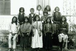 Enfants apache avant avoir été séparés de leurs familles et envoyés dans une école blanche. Etats-Unis, XIXe siècle.
