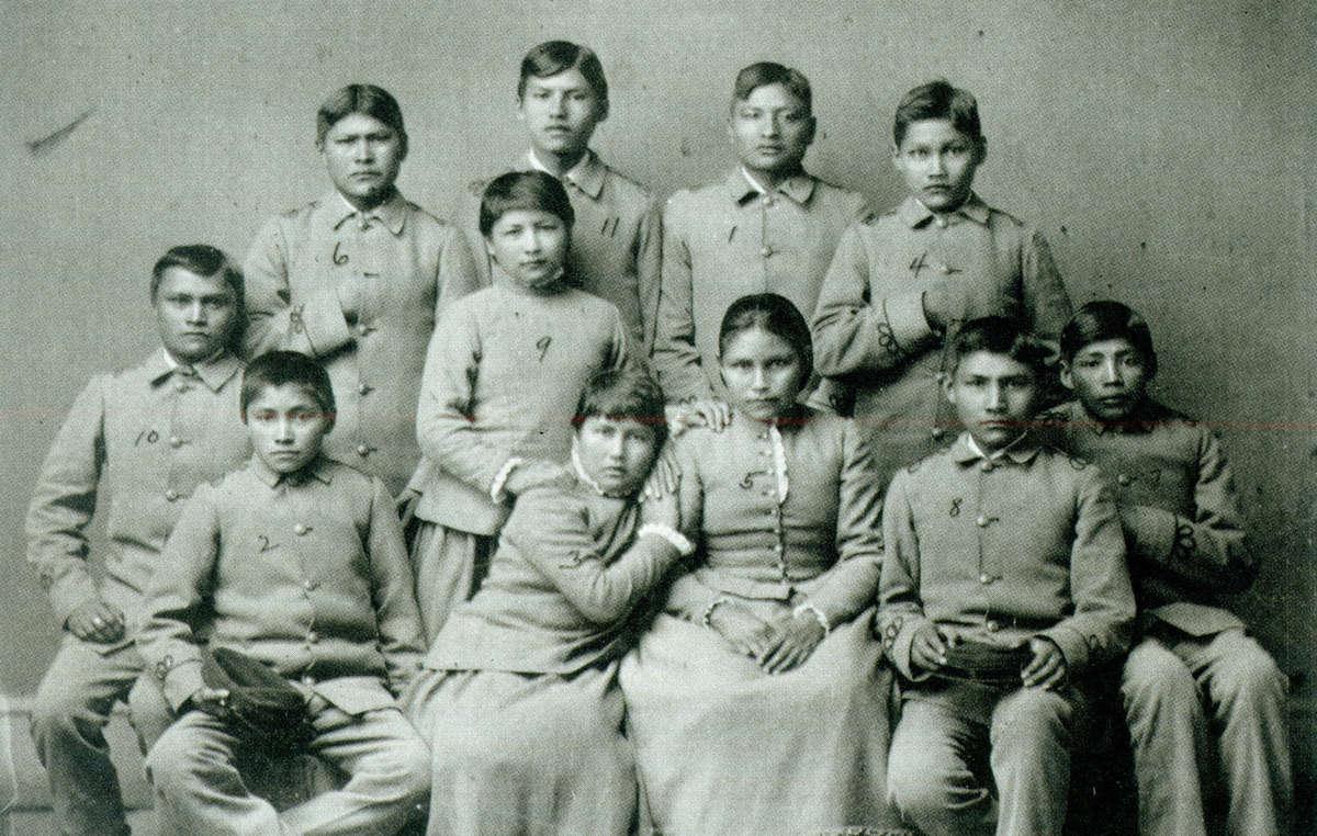 Apachen-Kinder nachdem sie von ihren Familien getrennt und auf Schulen geschickt wurden. USA, 19.Jahrhundert.