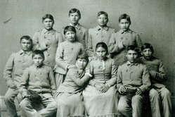 Enfants apache après avoir été séparés de leurs familles et envoyés dans une école blanche. Etats-Unis, XIXe siècle.