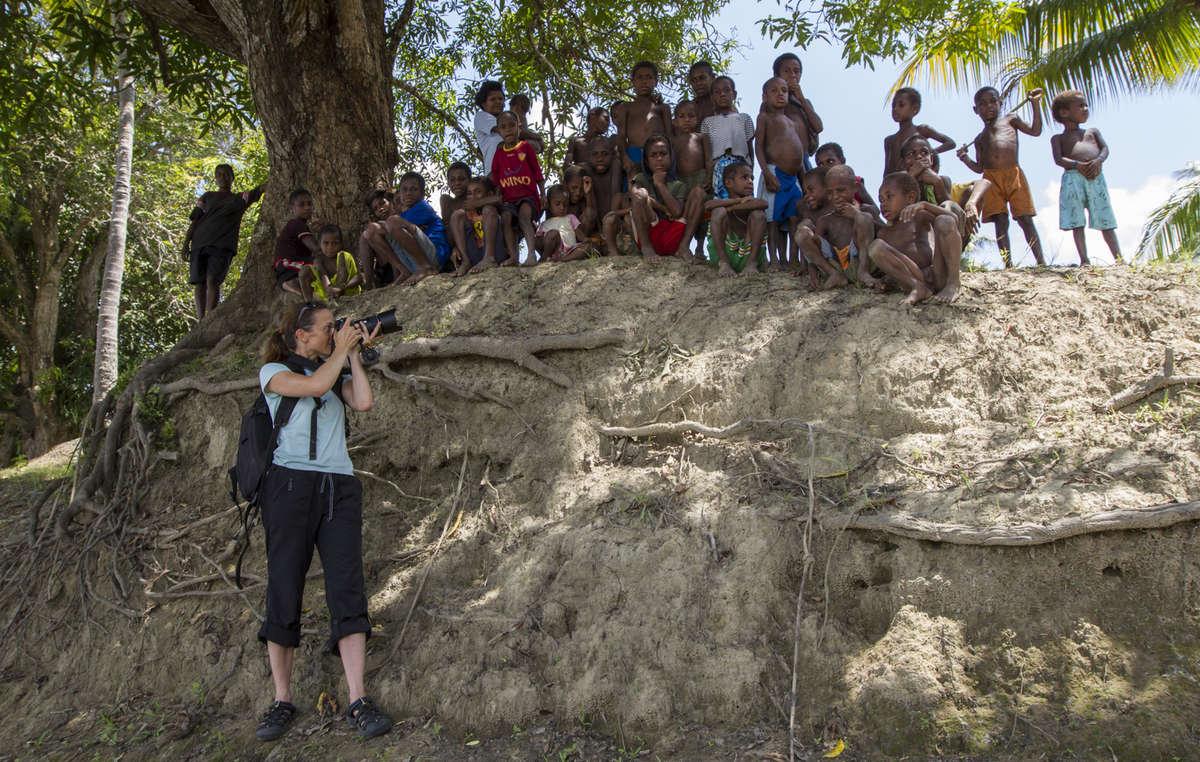 """Céline Cousteau auf einer Reise für einen Film über die Arbeit der """"HealingSeekers"""" in Papua-Neuguinea."""