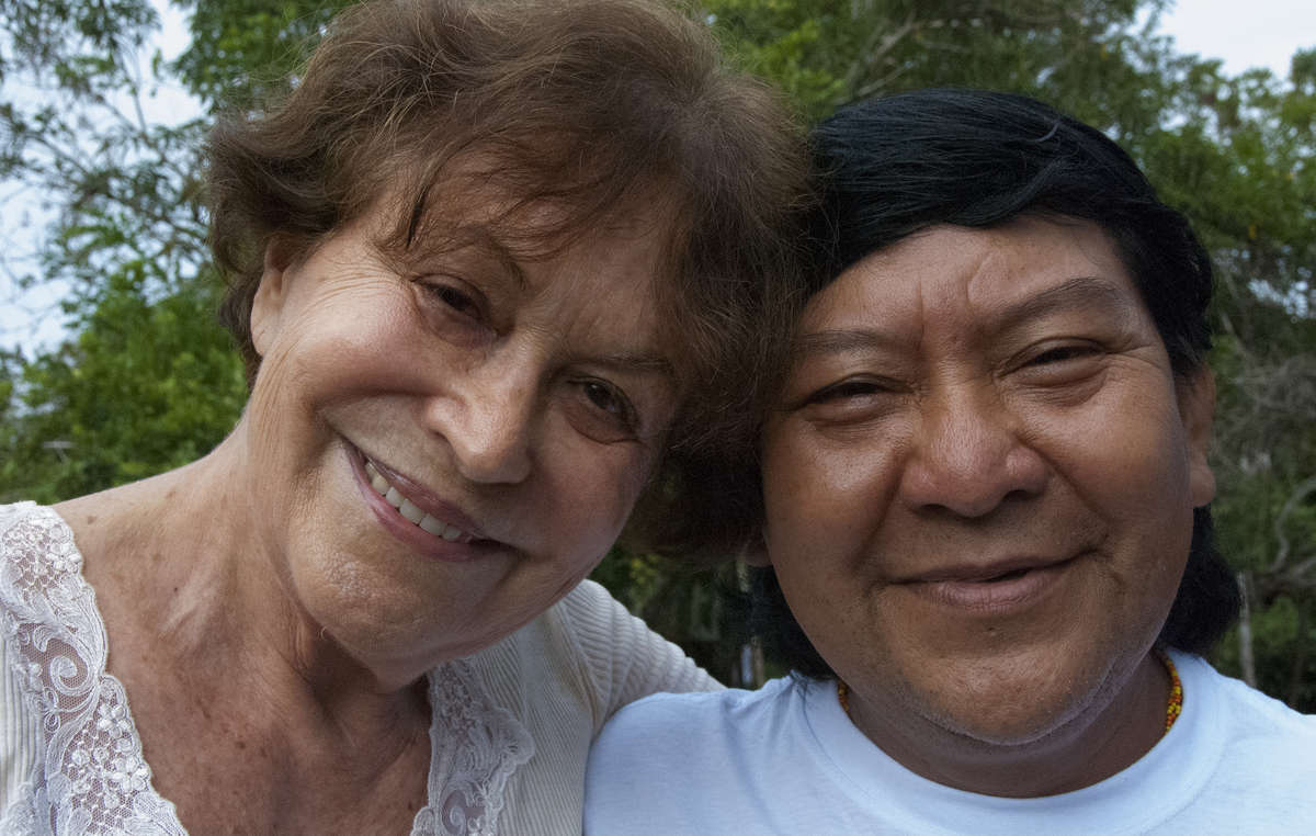 Claudia Andujar, Fotografin und Aktivistin, mit Davi Kopenawa, Schamane und wichtiger Sprecher der Yanomami, 2010.