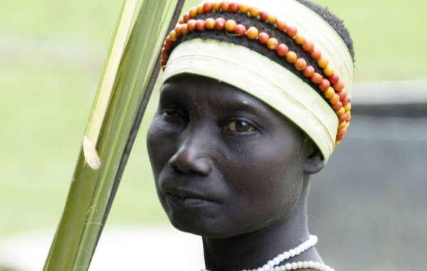 Une femme jarawa revient de la cueillette aux abords de la forêt de sa tribu. Les Jarawa dépendent de la chasse et de la cueillette pour survivre.