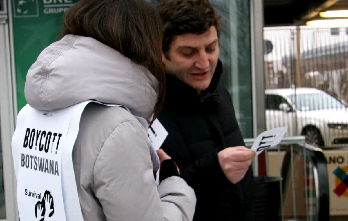 I manifestanti hanno distribuito volantini ai visitatori del Bit, la Borsa Internazionale del Turismo, a Milano.
