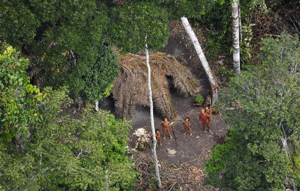Immagine aerea di alcuni membri di una tribù incontattata del Brasile scattata durante una spedizione del governo brasiliano nel 2010.