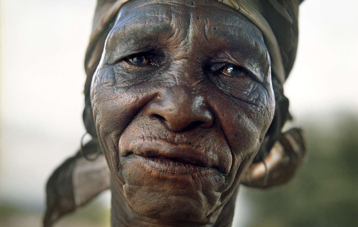 Xlarema Phuti, guérisseuse bushman, a été expulsée de force de la Réserve du Kalahari central par le gouvernement botswanais.