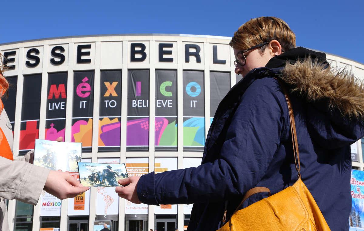 Survival-Unterstützer verteilten Flyer zum Boykott-Aufruf für Botswana an Besucher der ITB-Messe in Berlin.