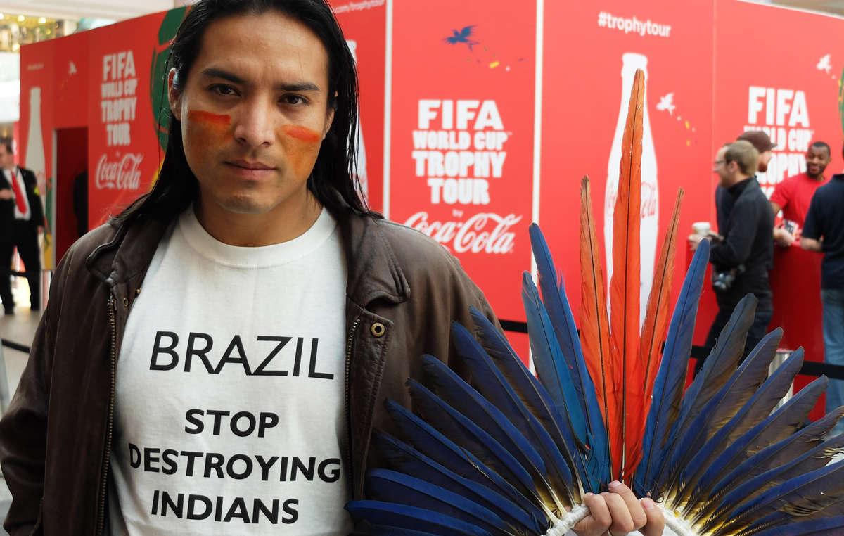 Nixiwaka Yawanawá a manifesté contre loffensive du Brésil sur les droits territoriaux âprement conquis par les Indiens.