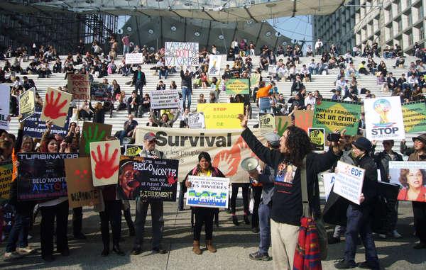 L'Indiana brasiliana Sonia Guajajara e oltre un centinaio di sostenitori hanno protestato a Parigi contro la costruzione di una serie di mega-dighe nella foresta amazzonica in Brasile.