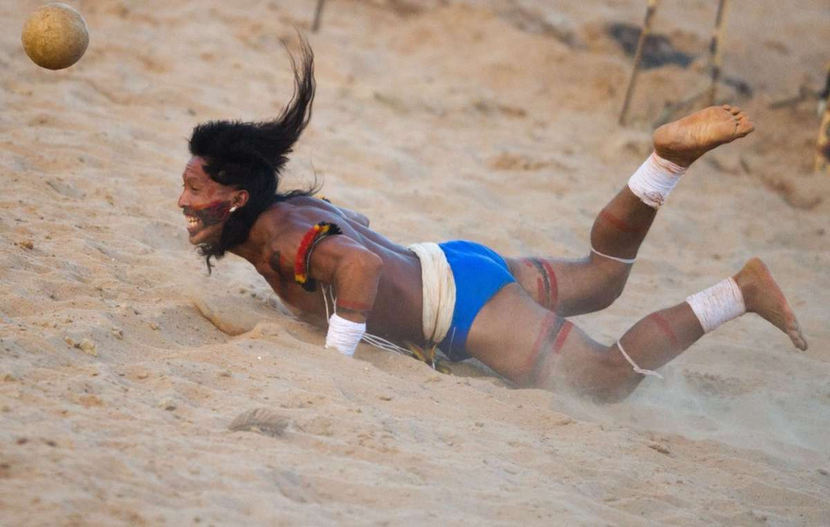 Un Enawene Nawe jouant au football.