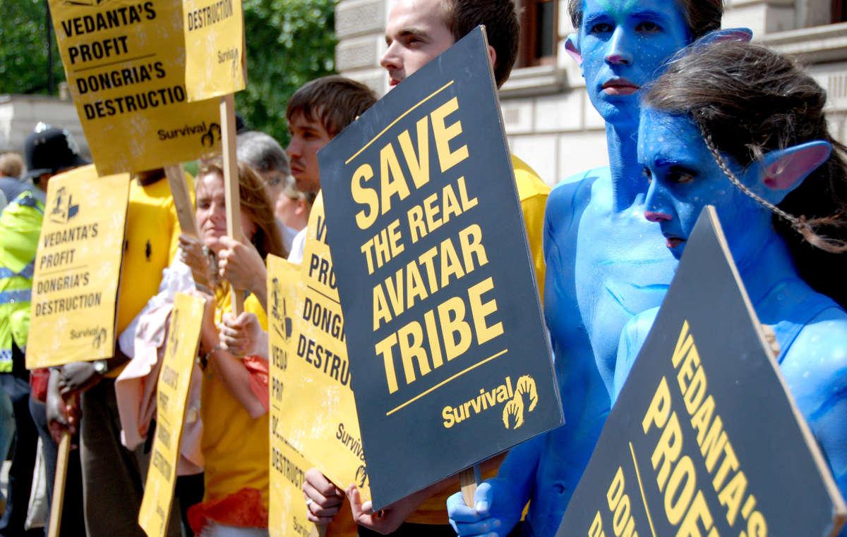 Manifestazione davanti alla sede dell'Assemblea Generale annuale della Vedanta alla presenza di due Na'vi di Avatar. © Survival