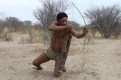 I Boscimani mettono in scena le loro battute di caccia per i turisti, ma nella realtà gli è proibito cacciare.