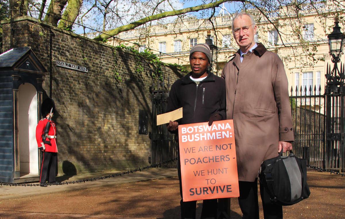 Gakelebone et Gordon Bennett, lavocat des Bushmen, qui a été interdit dentrée au Botswana.