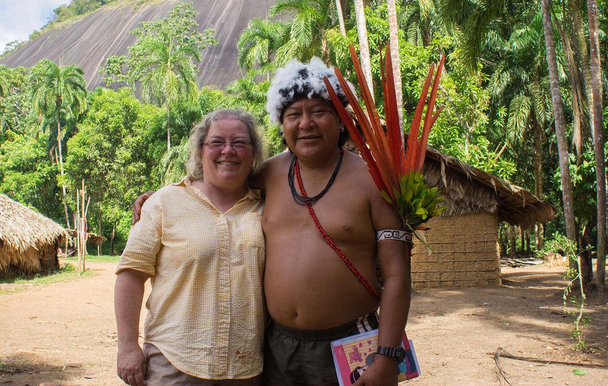 Davi avec Fiona Watson, directrice du plaidoyer chez Survival, une amie et alliée proche. Survival International travaille avec les Yanomami depuis cinquante ans, luttant à leurs côtés pour sécuriser leurs terres.