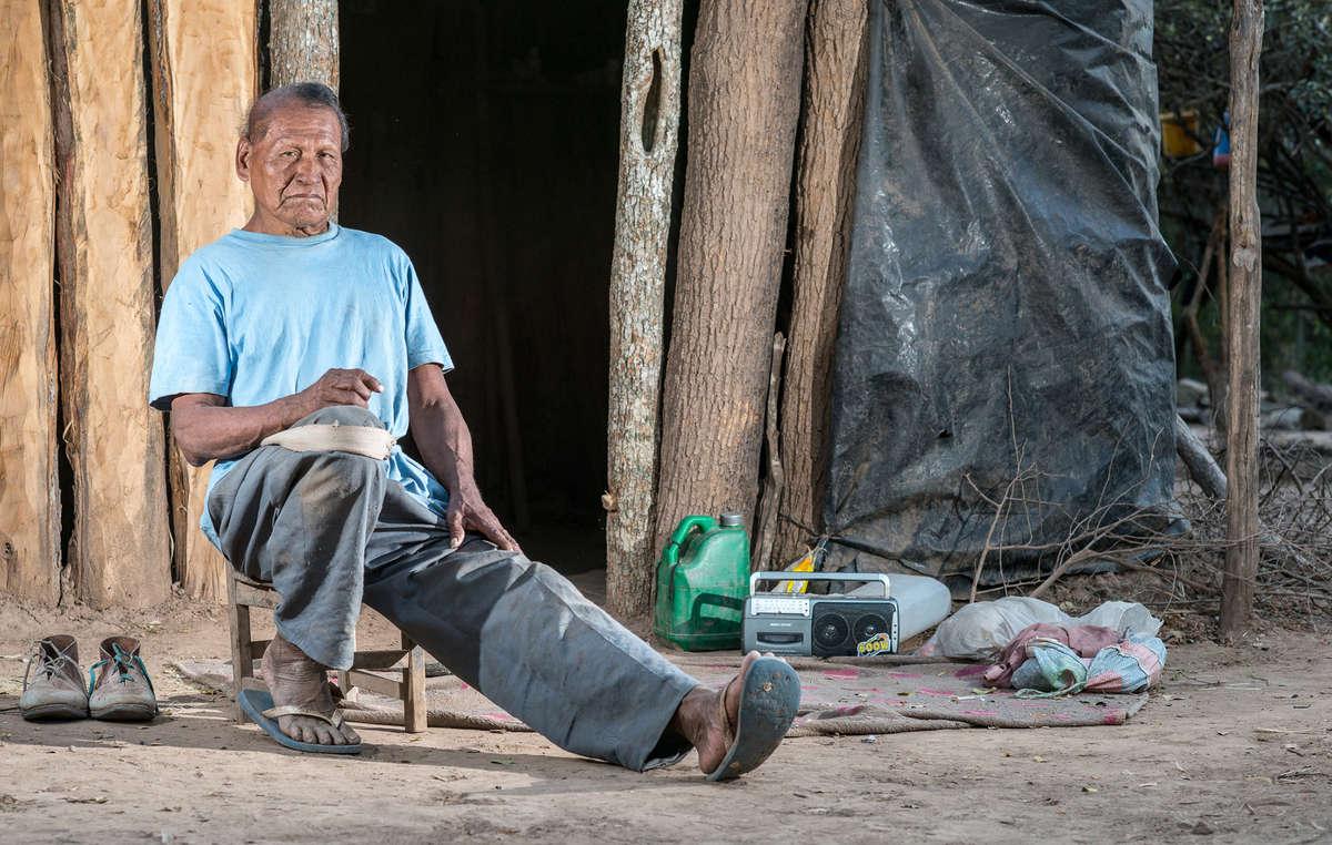 Eroi foi forçado a sair de sua floresta em 1986. Ele era um xamã, mas parou porque missionários lhe disseram que o xamanismo era obra do diabo.