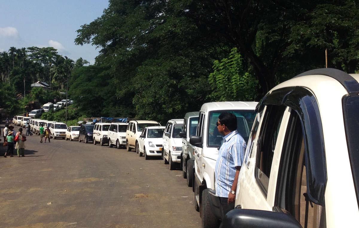 Fahrzeuge stehen Schlage, um in den Wald der Jarawa zu fahren. Noch immer reisen zahlreiche Touristen in den Wald der Jarawa und behandeln die Jarawa wie Tier in einem Safaripark.