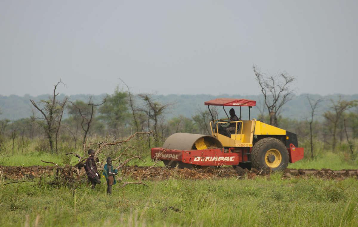 Des bulldozers déblayent le territoire des Mursi dans le Parc National de Mago où les communautés sont expulsées de leurs terres pour faire place à des plantations de canne à sucre.