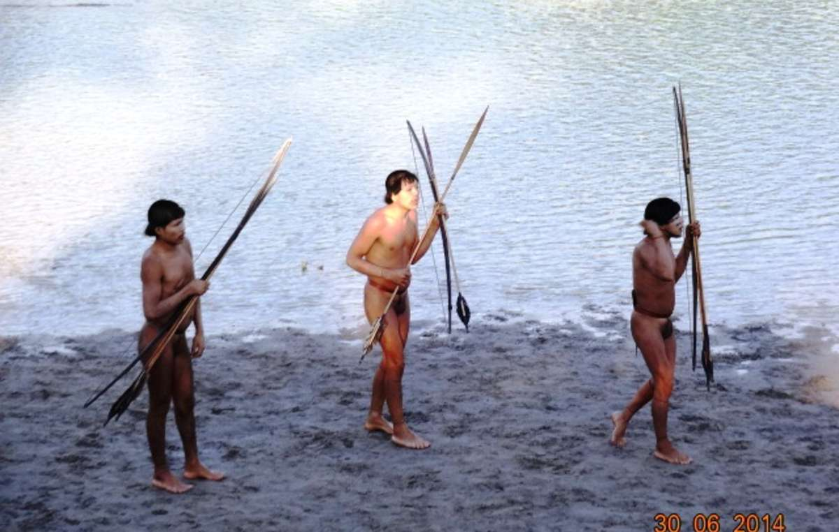 Sete índios isolados fizeram contato com uma comunidade Ashaninka já estabelecida perto da fronteira Brasil-Peru, em junho. Autoridades trataram-los depois de um surto de gripe.