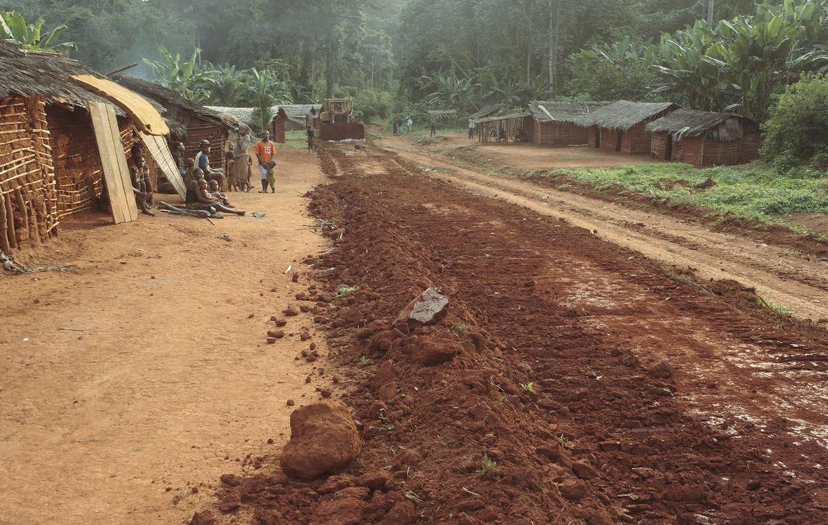 Les Baka et dautres peuples autochtones ont été expulsés de force dune grande partie de leurs terres ancestrales et vivent maintenant sur le bord des routes.