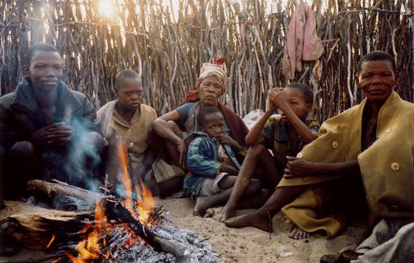 Eine Familie der Buschleute vor ihrem Zuhause im Central Kalahari Game Reserve, Botswana