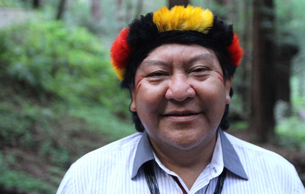 En avril 2014, Davi Kopenawa, chamane et porte-parole du peuple yanomami, a visité la région de San Francisco pour parler de lurgence de protéger les forêts tropicales du monde pour les générations futures.