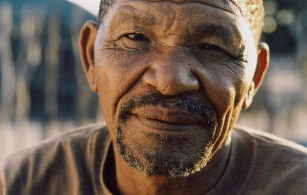 El líder y portavoz bosquimano gana, Roy Sesana, presidente de la organización bosquimana First People of the Kalahari (FPK), en la Reserva de Caza del Kalahari Central, Botsuana.