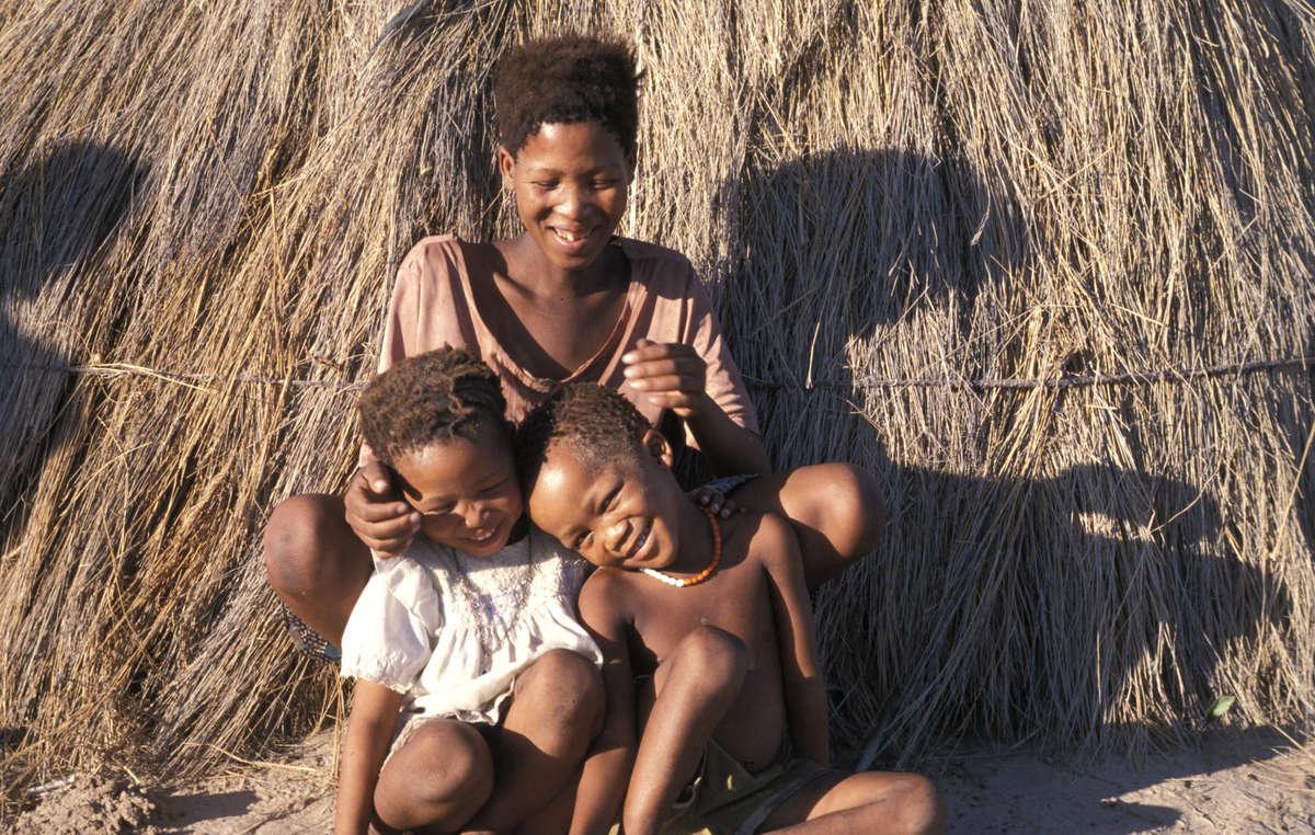 Femme bushman et ses enfants à Gope, avant d'avoir été expulsés et relocalisés en dehors de la réserve.