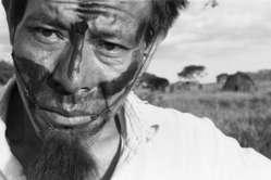 Un homme guarani. Des hommes de main ont envahi un camp de Guarani au Brésil.