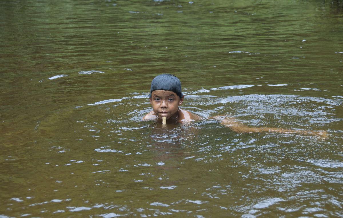 La pêche constitue la principale source d'alimentation des Zo'é, ce qui les rend très vulnérables aux intoxications au mercure. Les orpailleurs déversent ce métal dans les rivières.