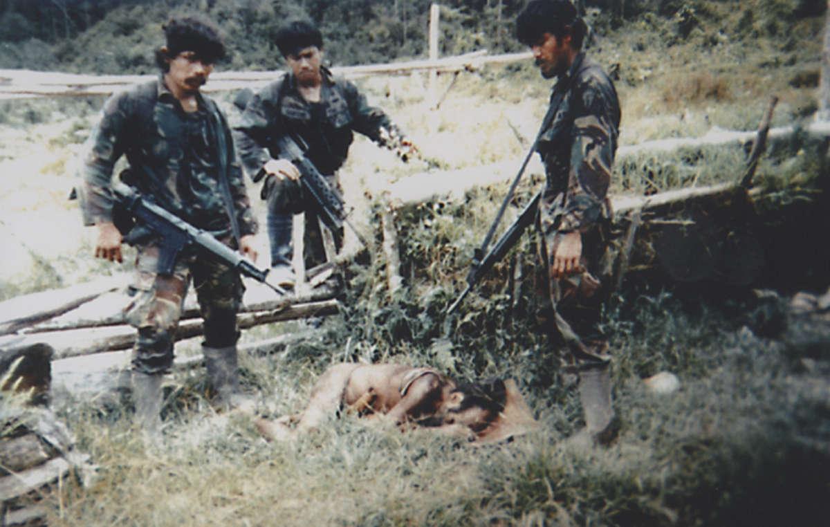 Pendant des décennies, les populations tribales de Papouasie occidentale ont souffert aux mains de larmée indonésienne. Cette photographie trophée a été prise par des soldats, lannée du massacre de Biak, après avoir tué un homme et son neveu de 12 ans.