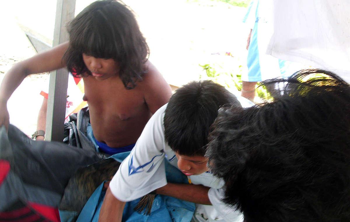 Une missionnaire de la région a donné des vêtements et de la nourriture aux Mashco-Piro isolés, les soumettant au danger de contracter des maladies mortelles face auxquelles ils nont aucune immunité.