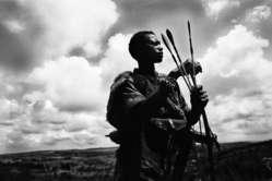 Un uomo Ogiek mentre caccia, Kenia.