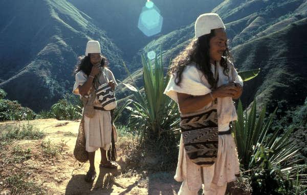 Dos hombres arhuacos en la Sierra Nevada de Santa Marta, Colombia.