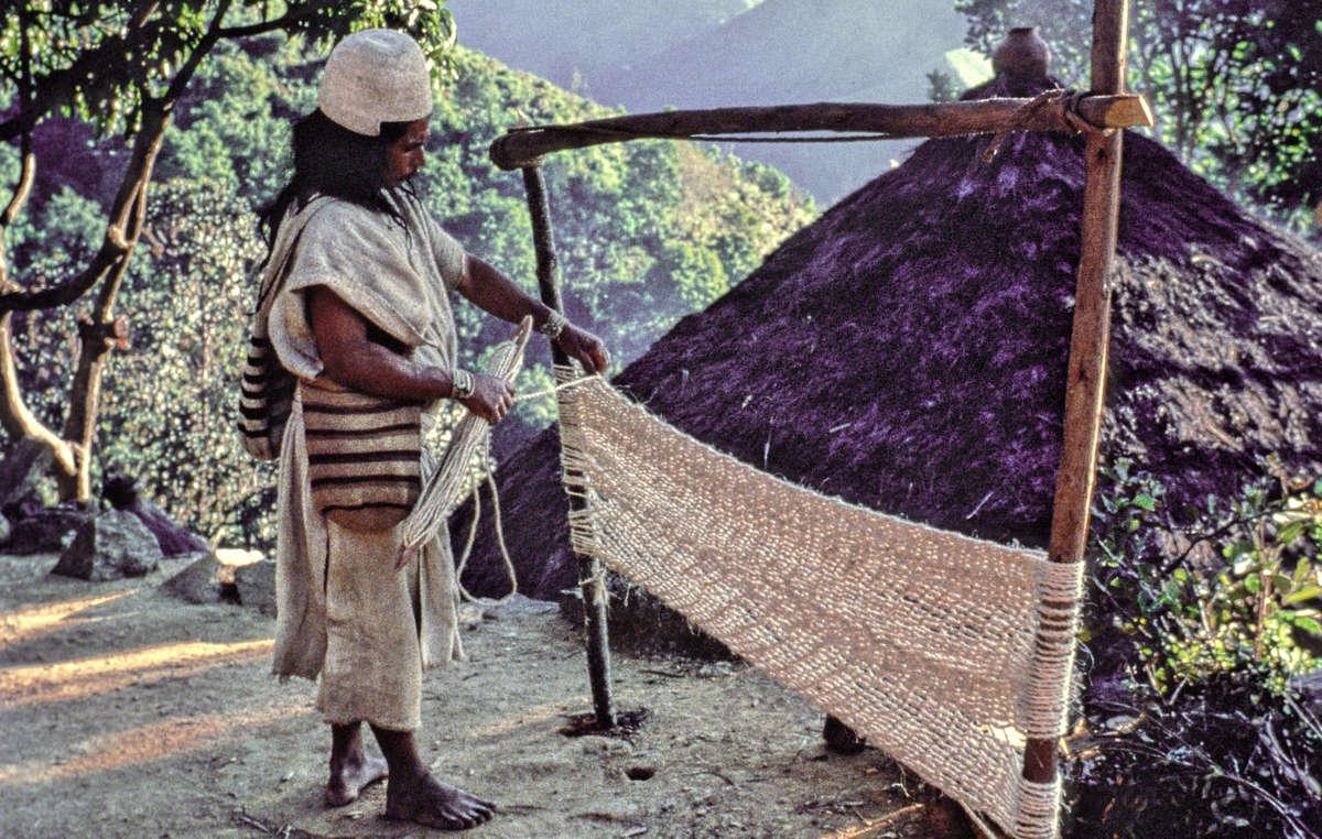 Arhuaco Mann webt Baumwollgarn, Sierra Nevada de Santa Marta, Kolumbien