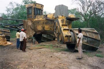 Eine Gruppe von Anführern der Ayoreo-Totobiegosode betrachtet einen der riesigen Bulldozer, die große Teile ihres Jagdreviers zerstören, Paraguay.