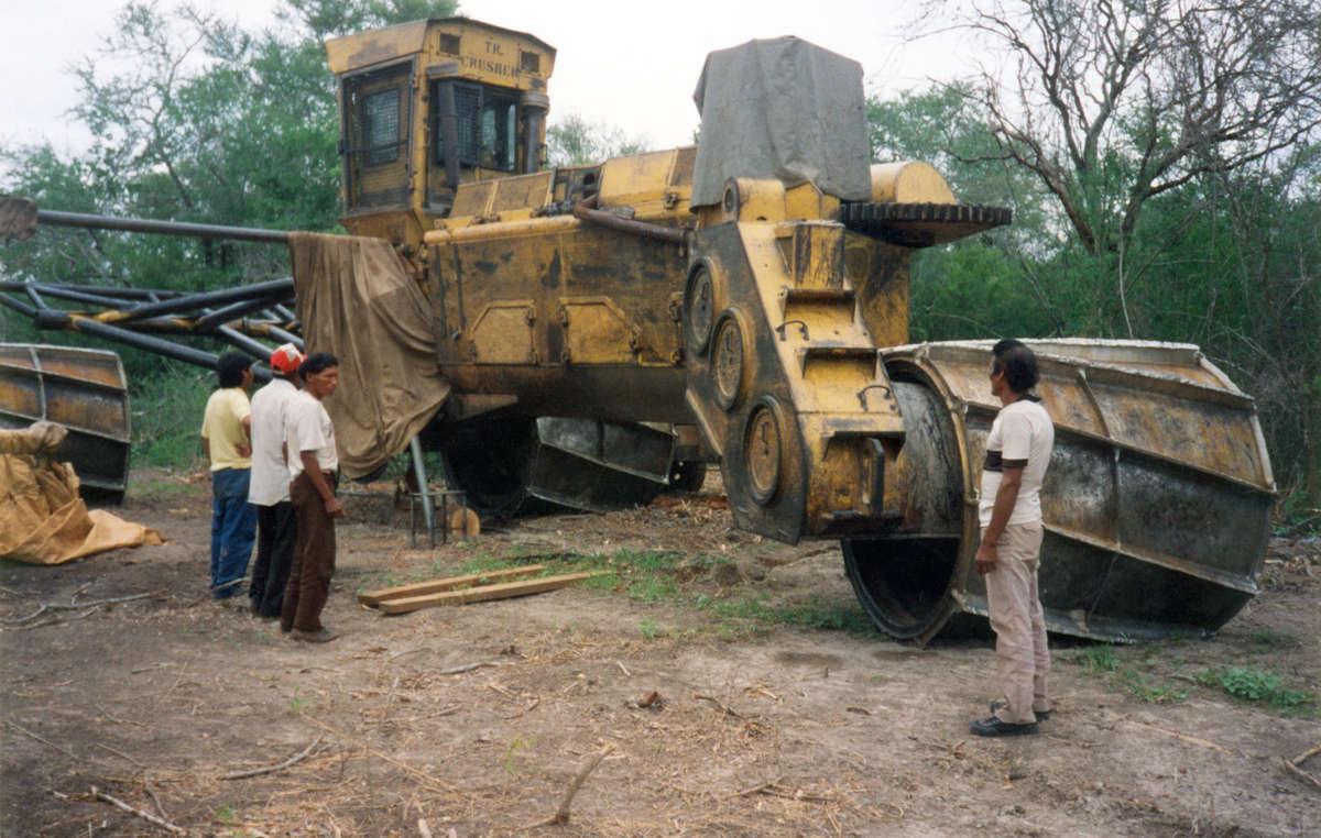 Un groupe de Totobiegosode regardent l'un des énormes bulldozers en train de détruire une grande partie de leur territoire de chasse, Paraguay.