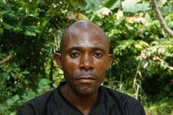 Este homem Baka relatou que ele foi espancado duas vezes pelos esquadrões anti-caça. Os vizinhos dele instaram que a WWF pare de financiar tais abusos.
