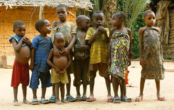 Viele Baka-Kinder haben inzwischen Angst vor Fremden, die ihr Dorf besuchen, nachdem es immer wieder zu Durchsuchungen und Angriffen von lokalen Anti-Wilderer-Einheiten kam.