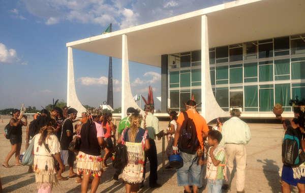 40 Guarani-Anführer reisten über 1.000km nach Brasília, um von den Behörden den Schutz ihres angestammten Landes zu fordern.