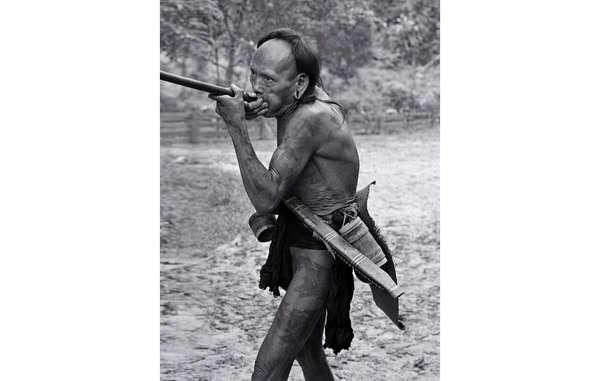 Un cacciatore-raccoglitore nomade Penan in Sarawak, Malesia, usa la cerbottana (1976). Il suo perizoma è fatto di una lunga striscia di morbida corteccia battuta; attorno alla vita ha tutto ciò che gli occorre nella foresta: un parang affilato nella sua custodia di legno e un piccolo contenitore di frecce avvelenate.
