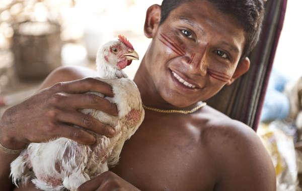 Ein Nukak-Mann, der aus dem Wald vertrieben wurde, nachdem sein Gebiet von bewaffneten Gruppen eingenommen worden war (Guaviare Provinz, Kolumbien)