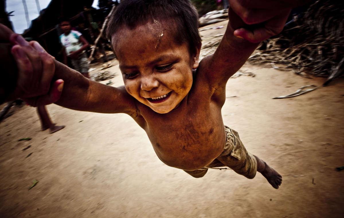 Un jeune Nukak jouant avec sa famille, Colombie.