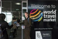 Manifestantes entregam panfletos a visitantes no World Travel Market em Londres, pedindo para que boicotem o turismo em Botsuana até que os Bosquímanos sejam permitidos a viverem em paz em suas terras.